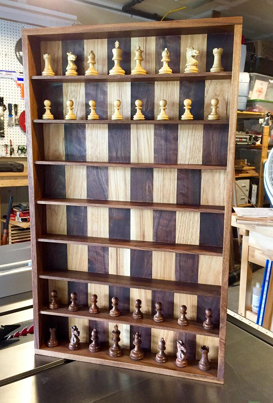 Мини-стеллаж, на котором можно играть в шахматы