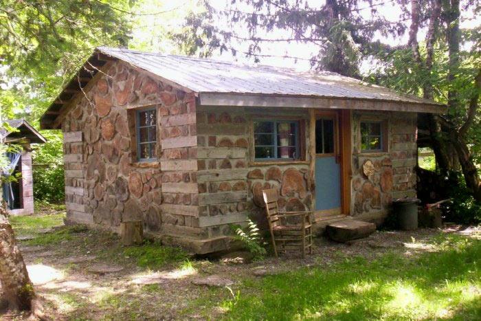 Дом из глины и дров выглядит необычно