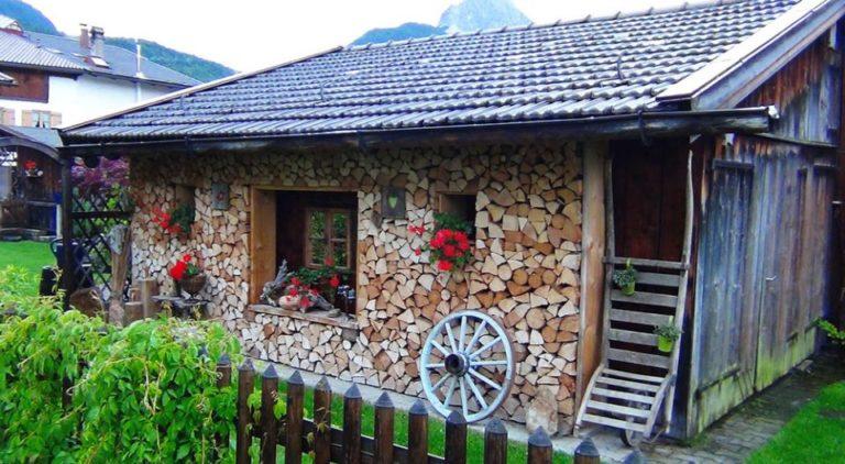 Дачный домик из глины и поленьев