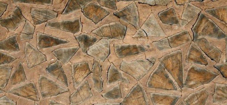 Готовая стена из глины и дров