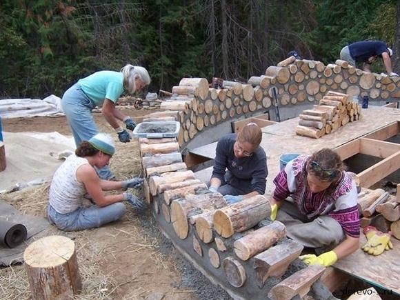 Постройка дома из глины и бревен