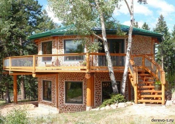 Двухэтажный дом из глины и дров